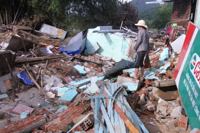 Một nhà dân ở Đồng Xuân, Phú Yên bị sập do mưa lũ vừa qua. Ảnh: B.H