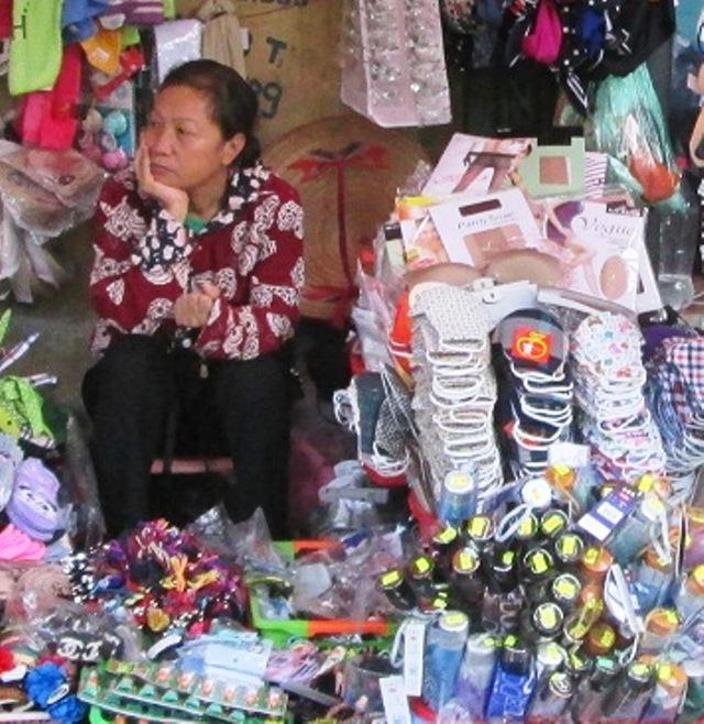 Khẩu trang giá rẻ được bán nhiều ở đường, chợ. Ảnh: Ngọc Thi