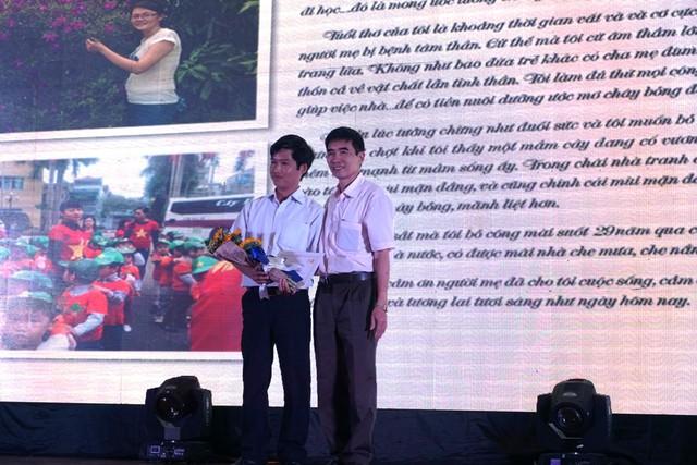 Nhà văn Nguyễn Hữu Quý trao giải Bài viết ấn tượng nhất cho tác phẩm Chị hai Lam Sung rất tuyệt của tác giả Đào Quang Huy (Quảng Nam). (Trong ảnh: chú của Đào Quang Huy nhận giải thay)