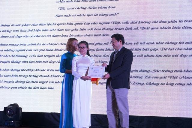 Ông Đinh Huy Dương, Vụ trưởng Vụ Truyền thông - Giáo dục trao giải Ba cho tác giả Trần Thị Mai Hương (Hà Tĩnh) với tác phẩm Áo dài - niềm tự hào của người Việt