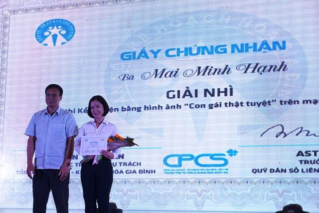 Ông Hồ Chí Hùng trao giải Nhì cho tác giả Mai Minh Hạnh đến từ Hà Nội với tác phẩm Mùa thu của mẹ