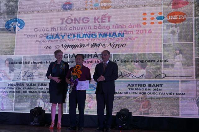 Đại diện Chi cục DS-KHHGĐ tỉnh Nghệ An nhận giải Nhất thay tác giả Nguyễn Thị Ngọc (Nghệ An) với tác phẩm Nhật ký của tôi