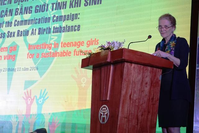 Bà Astrid Bant, Trưởng Đại diện UNFPA phát biểu tại buổi lễ