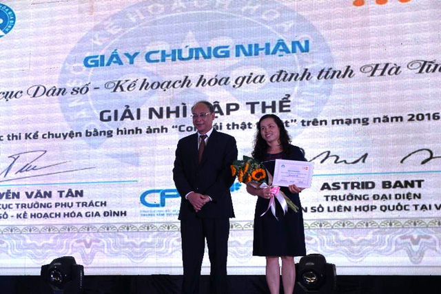 Lãnh đạo Chi cục DS-KHHGĐ tỉnh Hà Tĩnh nhận giải Nhì tập thể của cuộc thi