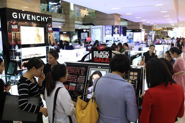 Hàng nghìn mặt hàng giảm giá mạnh tại Trung tâm thương mại Vincom. Ảnh: TG