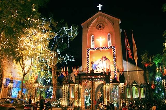 Giáng sinh ở các nhà thờ luôn tưng bừng, rực rỡ. Ảnh minh họa.