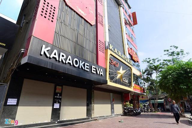 Sáng 5/11, hàng loạt quán karaoke trên đường Vũ Phạm Hàm đóng cửa. Nhân viên ở đây cho biết ngừng phục vụ khách từ 3 ngày trước sau khi xảy ra vụ cháy 4 căn nhà ở đường Trần Thái Tông (quận Cầu Giấy, Hà Nội).