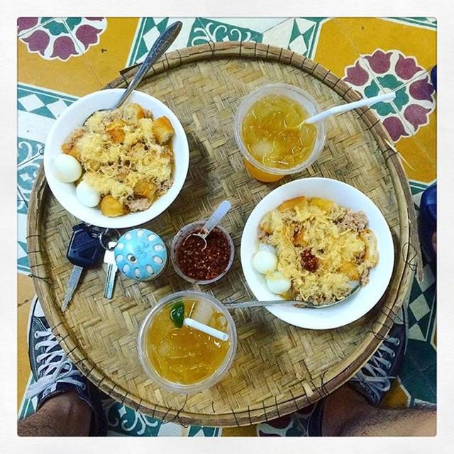 Cháo quẩy trứng cút (Phan Thanh, Đà Nẵng): Cháo sườn nóng hổi thơm ngon bổ dưỡng được biến hóa mới mẻ, khi không chỉ ăn cùng quẩy ruốc mà còn thêm cả trứng cút luộc, thịt bằm. Cháo dẻo, mịn cùng vị cay của hạt tiêu, ớt bột, vị mặn của thịt bằm, béo của trứng, giòn giòn của quẩy tạo nên món ăn hấp dẫn cho những ngày đông lạnh.