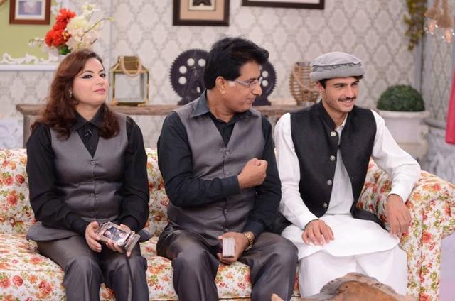 Khan nhanh chóng được một trang bán hàng trực tuyến ký hợp đồng để trở thành người mẫu thời trang và hôm 25/10, anh là khách mời trong chương trình truyền hình Good Morning Pakistan.