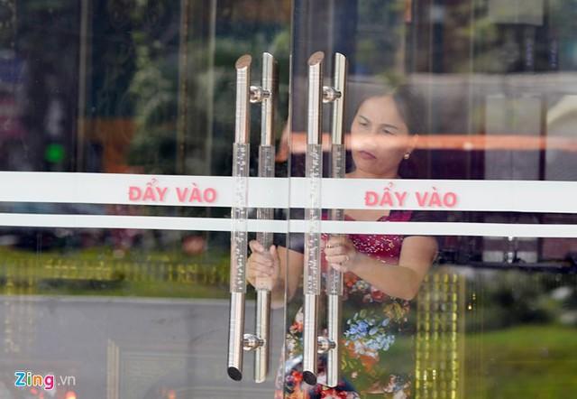 Trên đường Nguyễn Khang, nơi tập trung nhiều quán karaoke cũng cửa đóng then cài.