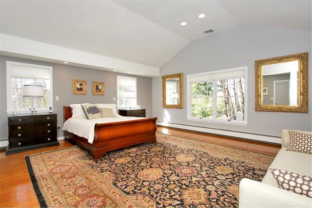 Phòng ngủ sang trọng với nội thất gỗ và tấm thảm trải sàn cỡ lớn với họa tiết cổ điển. Trong phòng, các khung gương và ảnh đều được mạ vàng càng làm tăng thêm sự xa hoa cho không gian.