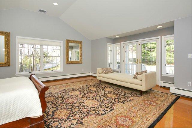 Cuối phòng có một chiếc ghế băng sofa đặt ở ngay cửa ra vào dẫn ra ban công nhà có thể nằm thư giãn hay ngồi trò chuyện.