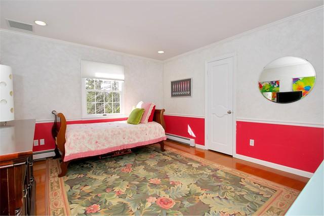 Hai phòng ngủ khác với thiết kế giường một và màu sắc tươi sáng hơn.