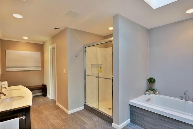 Phòng tắm có bồn tắm và buồng tắm đứng riêng tách biệt. Khu vực vệ sinh cũng được tách riêng bằng một cánh cửa khác.