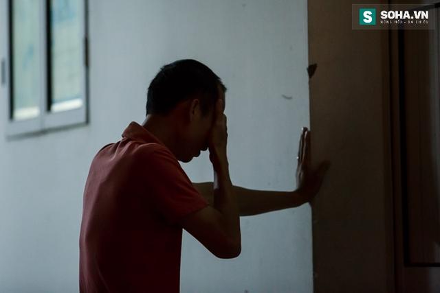 Những giọt nước mắt lăn dài trên gương mặt anh như nỗi ân hận khôn ngôi khi không thể được nhìn bố lần cuối.