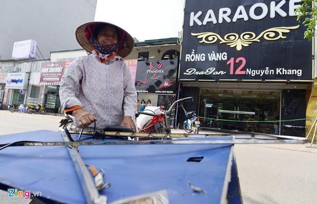Chị Thành, một người thu mua phế liệu cho biết sau khi các cửa hàng karaoke tháo dỡ biển quảng cáo mặt tiền chị đã mua lại toàn bộ số sắt vụn này với giá 2.000 đồng/kg.