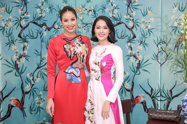 Cô có dịp gặp gỡ đồng hương Hải Phòng là Hoa hậu Phạm Hương. Dù mới lần đầu tham gia chung một sự kiện nhưng cả hai nhanh chóng kết thân.