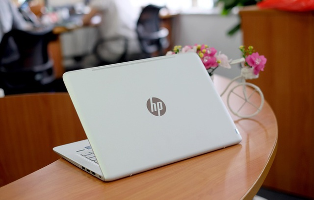Envy 13 là mẫu laptop tầm trung cận cao cấp bán tốt nhất của HP năm qua. Máy sở hữu thiết kế vỏ nhôm hấp dẫn, cân nặng 1,2 kg, đầy đủ cổng kết nối, cấu hình tốt nhưng giá bán chỉ trong khoảng 20 triệu đồng.