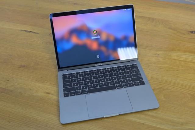 MacBook Pro Retina 2016 nổi bật với touchPad kích cỡ lớn hơn tới 50% so với phiên bản cũ. Model này cũng được làm viền mỏng hơn giúp kích thước tổng thể gọn gàng hơn. Apple lược bỏ các cổng kết nối cũ và thay thế bằng hai cổng USB-C.
