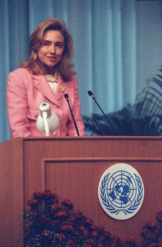 Hình ảnh Đệ nhất phu nhân Hoa Kỳ tại Hội nghị Thế giới về Phụ nữ lần thứ tư ở Bắc Kinh, Trung Quốc năm 1995.