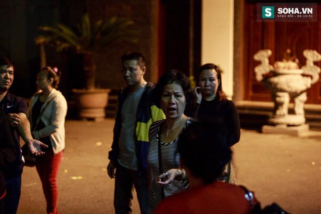 Cuối cùng sau những giây phút đau xót, các con của NSƯT Phạm Bằng lại cùng nhau ngồi lại bàn bạc việc hậu sự cho ông trong lúc chờ đợi cô con gái đang trên chuyến bay từ Đức trở về chịu tang cha.