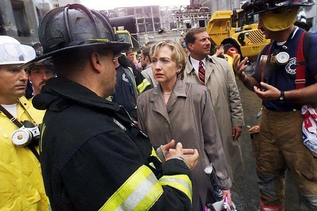 Bà Clinton tại hiện trường vụ khủng bố 11/9 ở New York năm 2001.