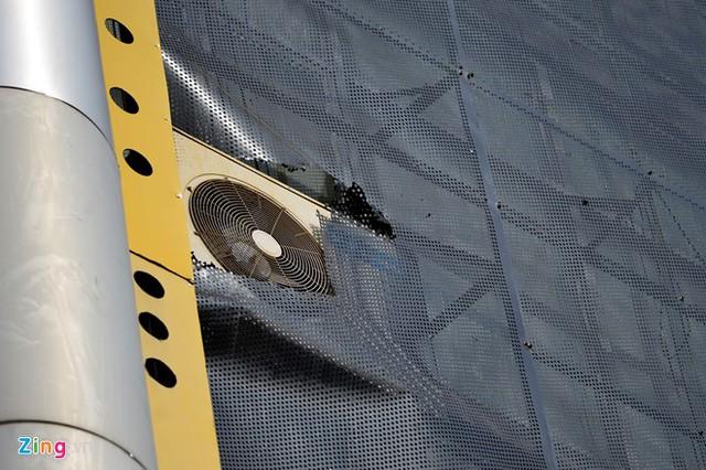 Mốt số quán khác dùng lưới sắt để trang trí, bên trong được ốp gạch để đỡ cục nóng điều hòa.