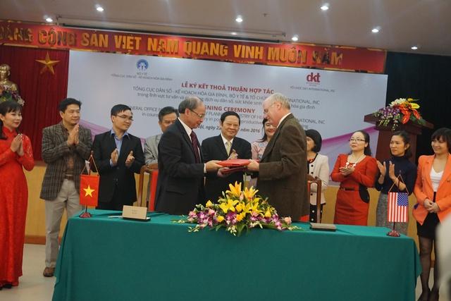 Thỏa thuận có sự chứng kiến của lãnh đạo Bộ Y tế Việt Nam và nhiều đại diện các vụ/đơn vị của Tổng cục DS-KHHGĐ. Ảnh: N.Mai
