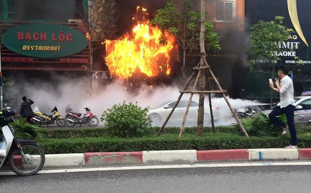 Nam thanh niên chụp ảnh tự sướng bên đám cháy