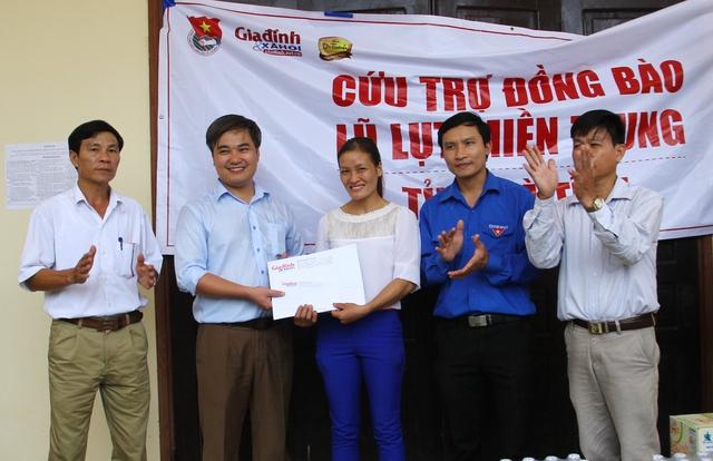 Trao số tiền 10 triệu đồng cho Trường tiểu học xã Cẩm Lĩnh.