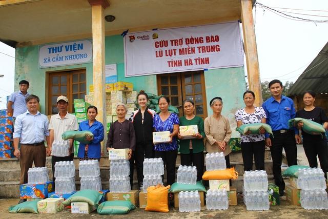 Ông Trần Tuấn Linh, đại diện cho đoàn công tác trao quà cứu trợ cho người dân xã Cẩm Nhượng, huyện Cẩm Xuyên.