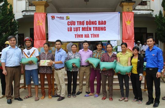 Hàng trăm phần quà ủng hộ được trao cho người dân xã Đức Bồng, huyện Vũ Quang.