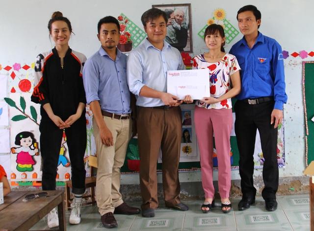 Trao phần quà là số tiền 10 triệu đồng cho Trường mầm non Đức Giang, huyện Vũ Quang.