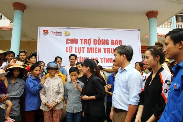 Ca sĩ Phi Nhung gửi đến người dân xã Đức Giang một bài hát mà nhiều người yêu cầu.