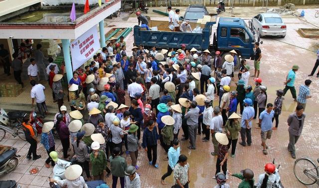 Người dân xã Đức Giang, huyện Vũ Quang đến Trụ sở UBND xã nhận quà cứu trợ.