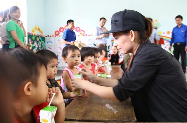 Phó TBT Trần Tuấn Linh (ảnh trên) và ca sĩ Phi Nhung trao quà cho các cháu trường mầm non Đức Giang.