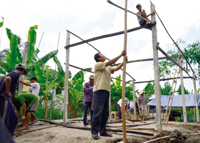 Các thành viên CLB Đờn ca tài tử giúp người nghèo xây nhà. Ảnh: T.H