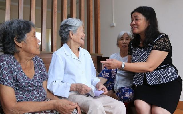 Bác sỹ Vân – GĐ Trung tâm thăm NCT tại phòng sinh hoạt