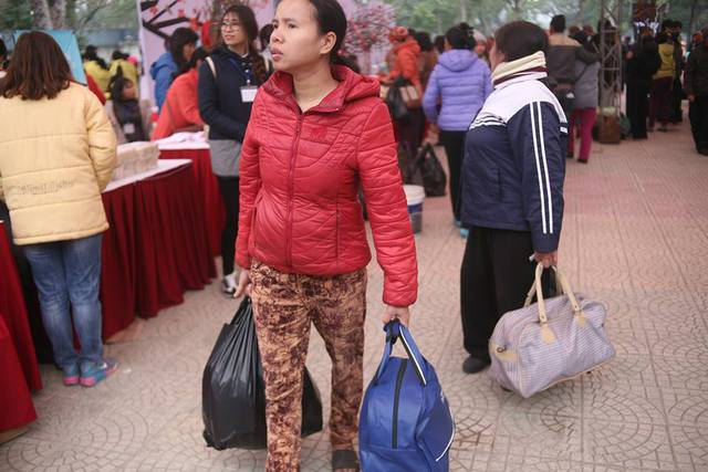 Khi rời phiên chợ, người nào cũng mang theo một túi đầy ắp những món quà Tết, dù giá trị vật chất không nhiều nhưng đối với những người lao động nghèo đây đã là một cái Tết không còn mang nỗi lo thiếu thốn.