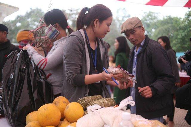Những tình nguyện viên tại đây không chỉ trao cho đồng bào những món hàng mà hơn hết, họ trao những tình cảm, những lời động viên đầy ý nghĩa.