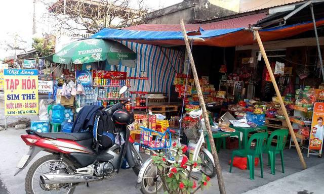 Cửa hàng và cũng là chỗ ăn nghỉ của Liên cùng vợ hai tại thị trấn Phú Thái. Ảnh: Đ.Tuỳ