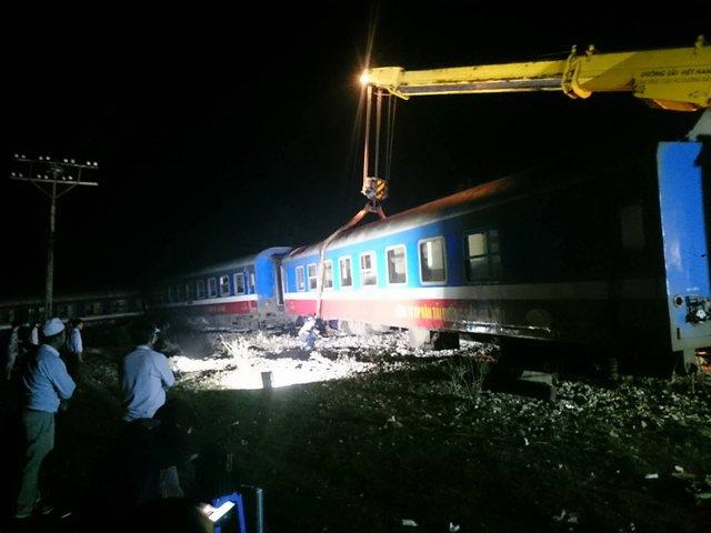 Để phục vụ công tác cứu hộ cứu nạn, cần cẩu 100 tấn đã được điều động từ Đà Nẵng ra Huế