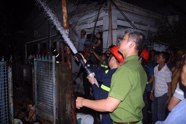 Lực lượng CS PCCC có mặt kịp thời khống chế ngọn lửa. Ảnh: T.T