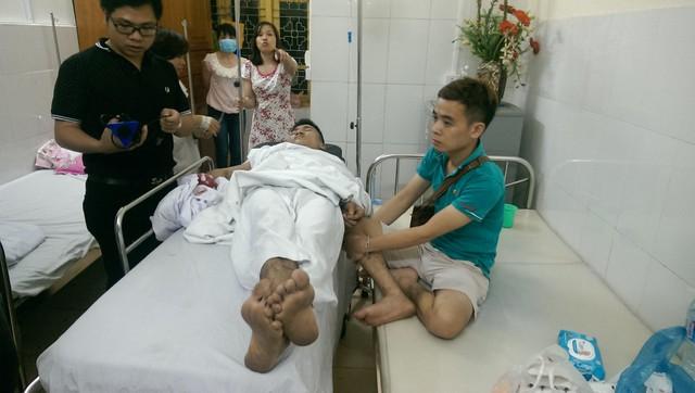 Một nạn nhân được cấp cứu tại Bệnh viện Quân y 103. Ảnh: Đình Việt.