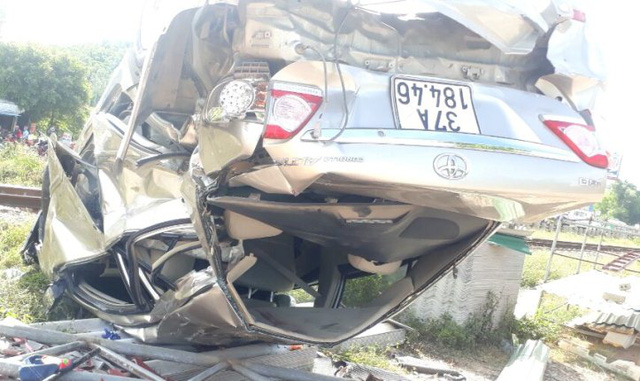 Chiếc xe lật ngửa, biến dạng sau cú tông mạng.