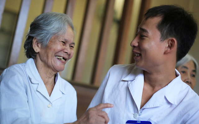 Điều dưỡng viên trò chuyện cùng người cao tuổi