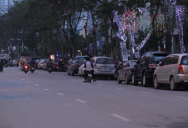 Tình trạng đỗ xe ô tô dưới lòng đường Nguyễn Hoàng vẫn còn tái diễn. Ảnh: Đ.Việt