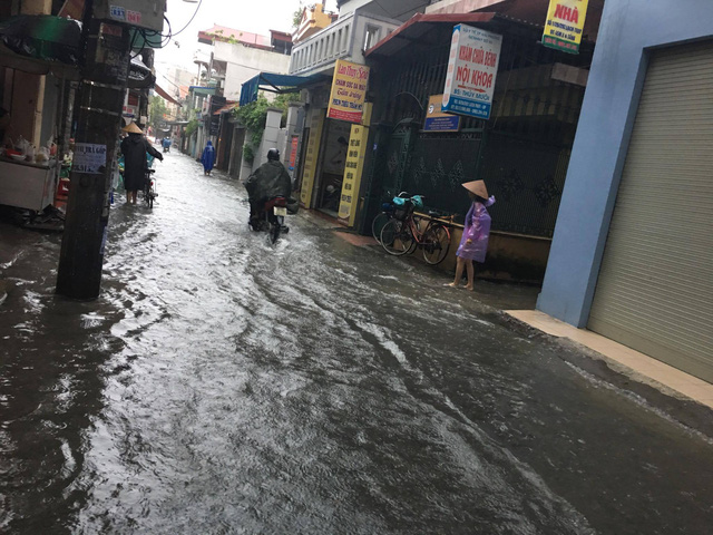 Nhiều hộ dân trong ngõ Hào Khê không dám ra khỏi nhà vì nước ngập sâu