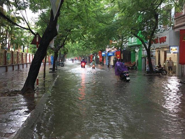 Khu vực chợ Đổng Quốc Bình ngập chìm trong biển nước