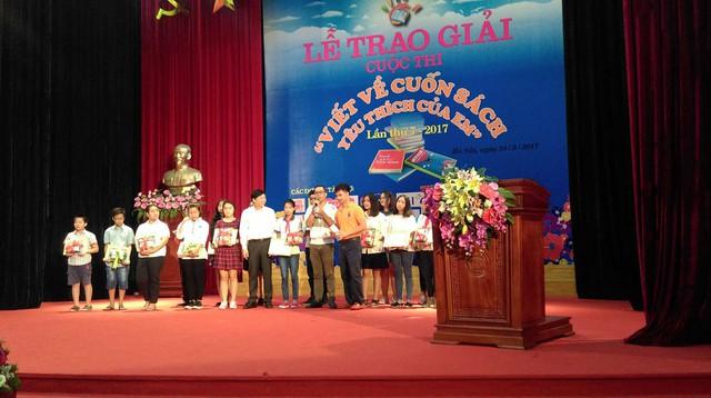 Ban tổ chức trao giải cho các em học sinh đạt giải trong cuộc thi viết. Ảnh: NT